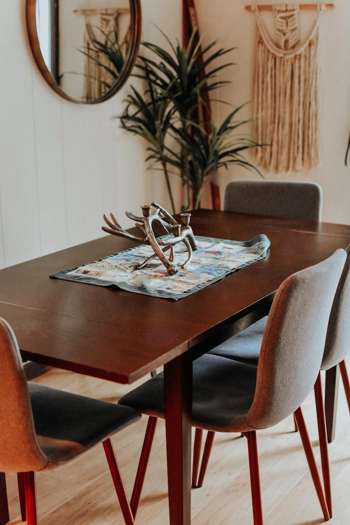 inneneinrichtung ideen und inspiration esstisch kaufen tipps esszimmertisch aus massivholz graue stühlen dekoration pflanzen interior design