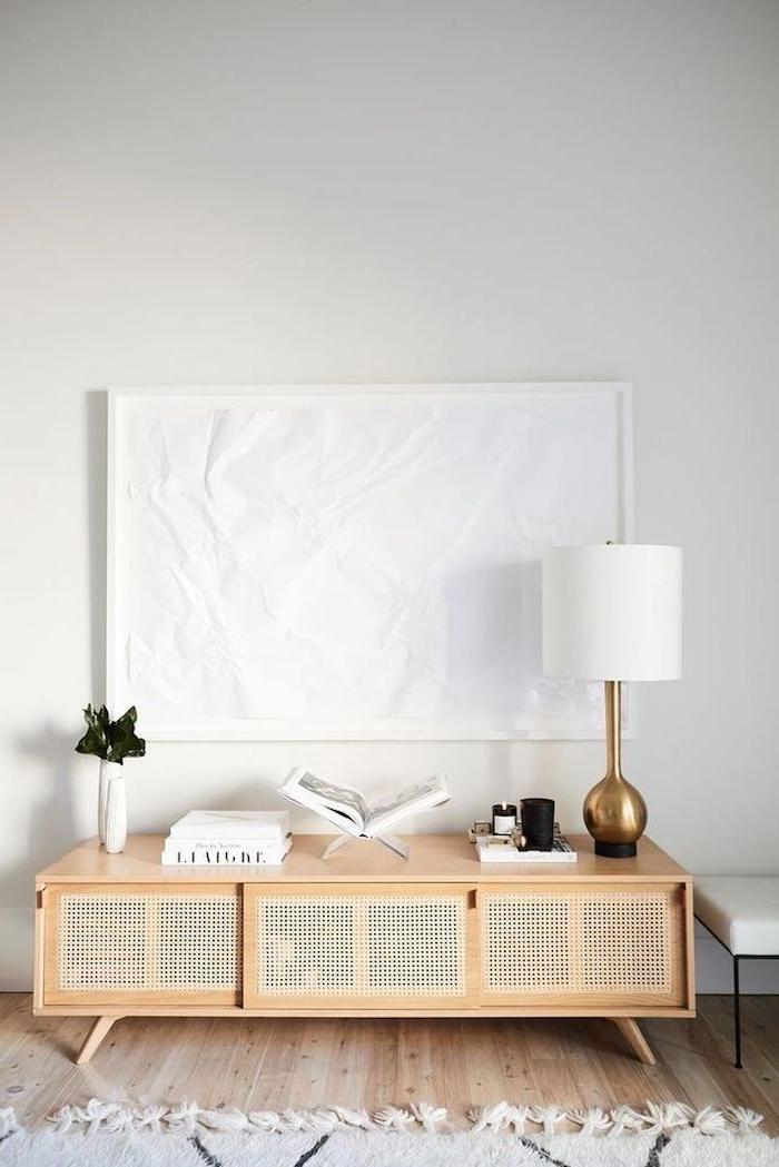 inneneinrichtung inspiration scandi style wohnzimmer sideboard skandinavisch minimalistische einrichtung ideen weiß goldene lampe holzboden weißer teppich