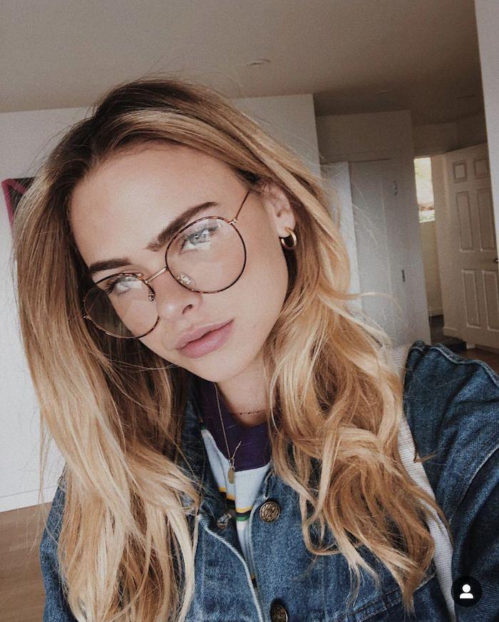inspiration street style casual oversized jeansjacke frau mit langen blonden haaren runde brillen damen minimalistisches make up