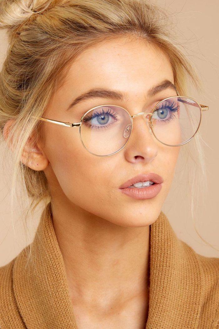 inspiration und ideen brillengestelle damen runde brillen minimalistisches make up blonde hochgesteckte haare brauner cardigan
