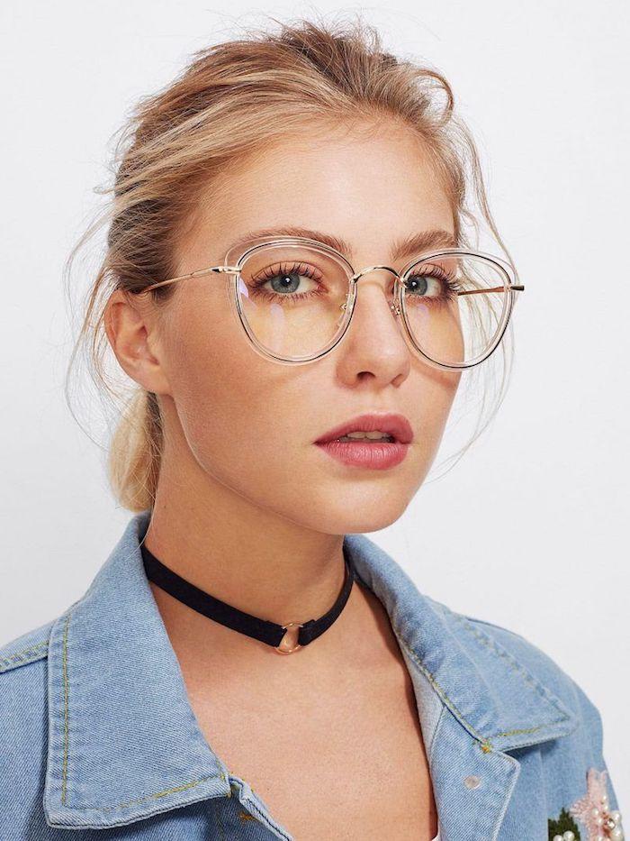 instyle brillen trends 2020 damen schwarzer halsreif blaue jeansjacke frau mit hochgesteckten blonden haaren minimalistisches make up