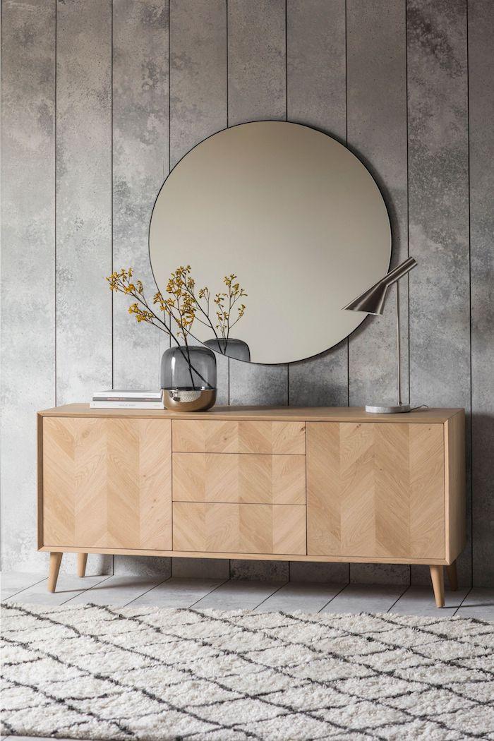 interior design inspiration großer runder spiegel graue wand sideboard skandinavisch aus holz scandi style wohnzimmer inspo