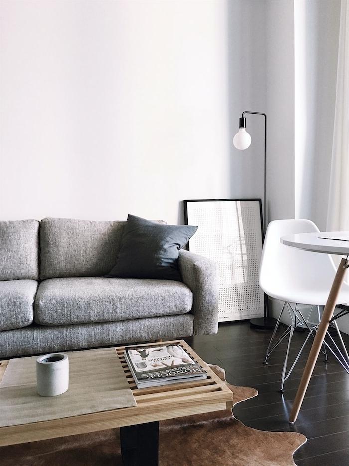 interior desing inspiration grauer couch in grau holztisch mit schwarzen beinen skandinavische einrichtung ideen scandi style wohnzimmer