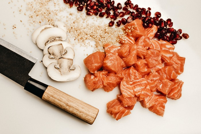 japanisches gericht zubereiten lachs pilze japanische kochmesser scharfe messer de qualitätvolle messer