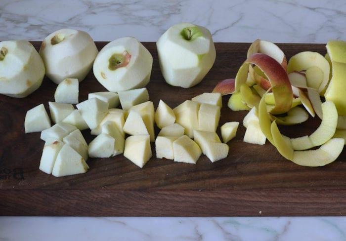 köstliches apfelmus selber machen ein holzbrett äpfel schälen und waschen geschnittene äpfel in würfel anleitung