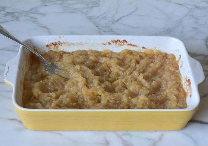 köstliches apfelmus selber machen rezept diy anleitung ein läffel und viele geschnittene äpfel