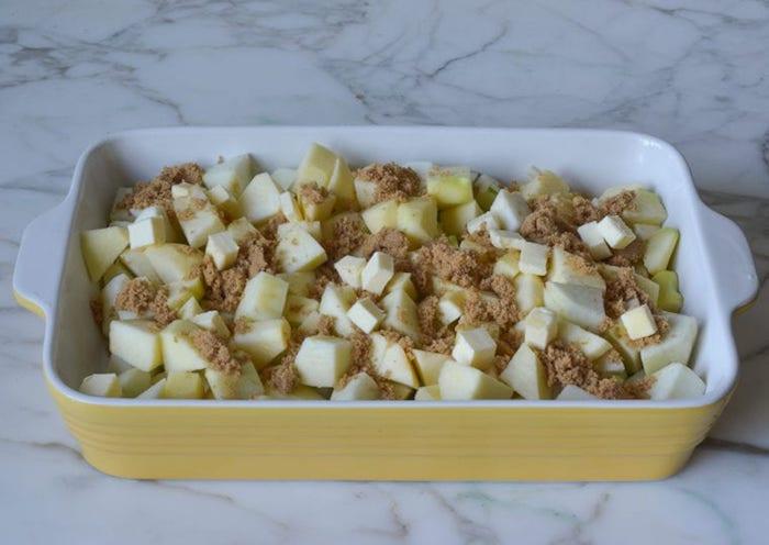 köstliches apfelmus selber machen zimt und geschnittene äpfel in würfel eine schritt für schritt diy anleitung kuchen mit apfelmus