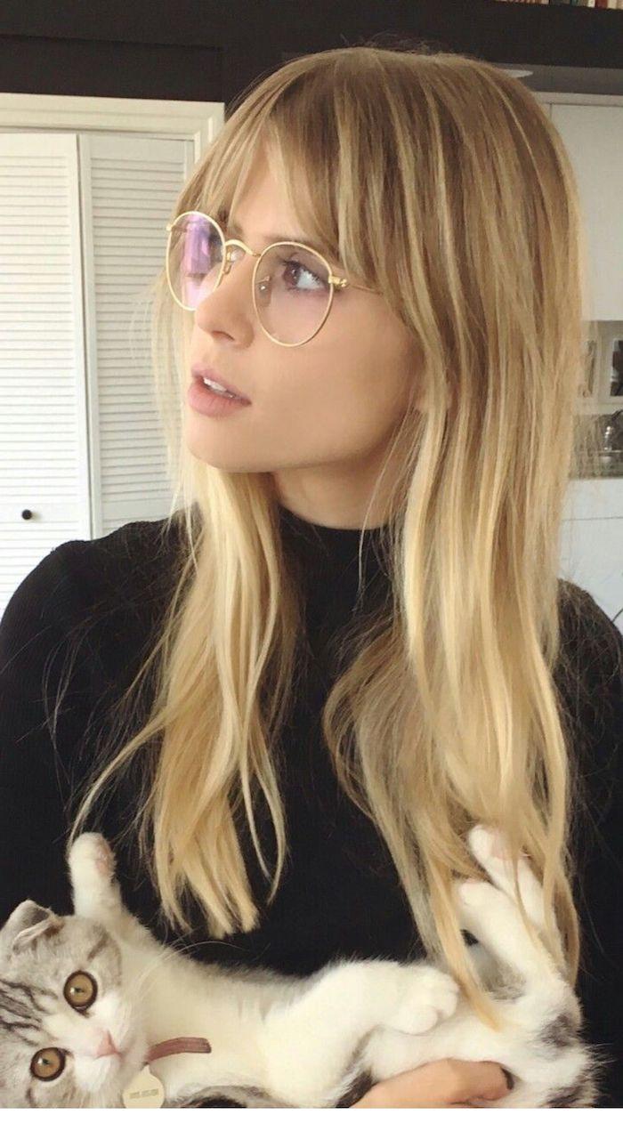 lange blonde frisuren mit pony 2020 damen brillen mit runden brillengestelle casual outfit schwarze rollkragebluse weiß graue katze