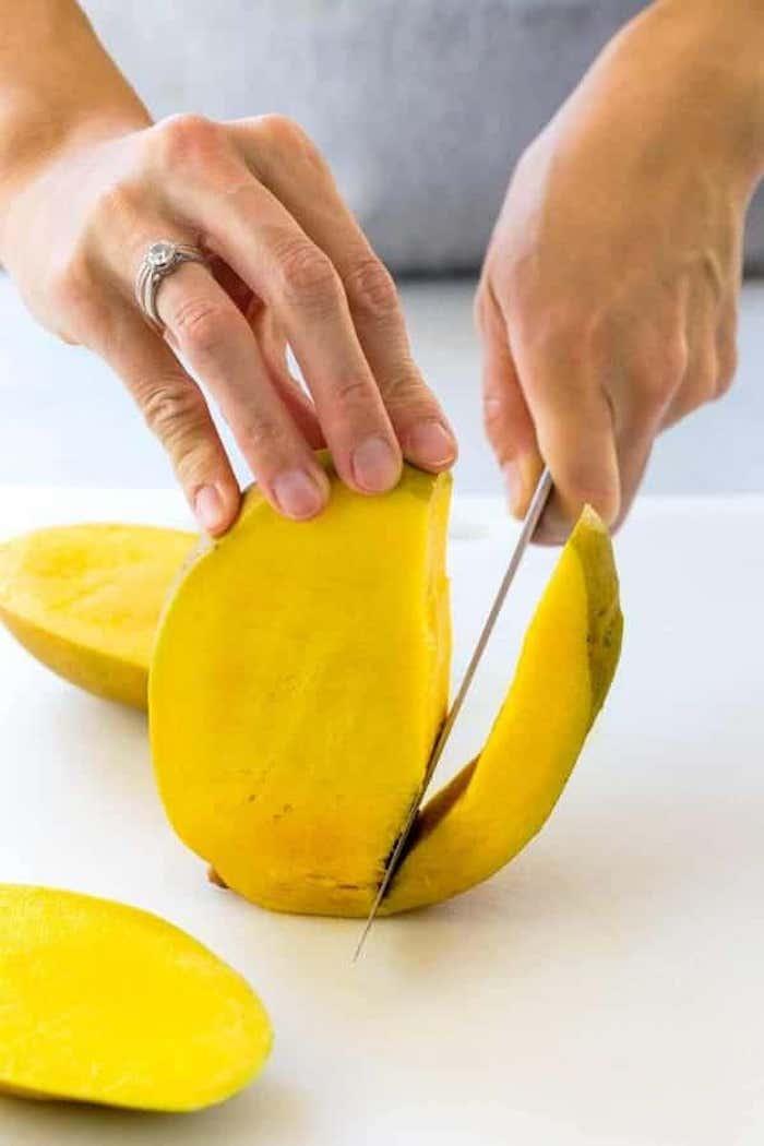 messer wie kann man eine mango schneiden eine große gelbe reife mango