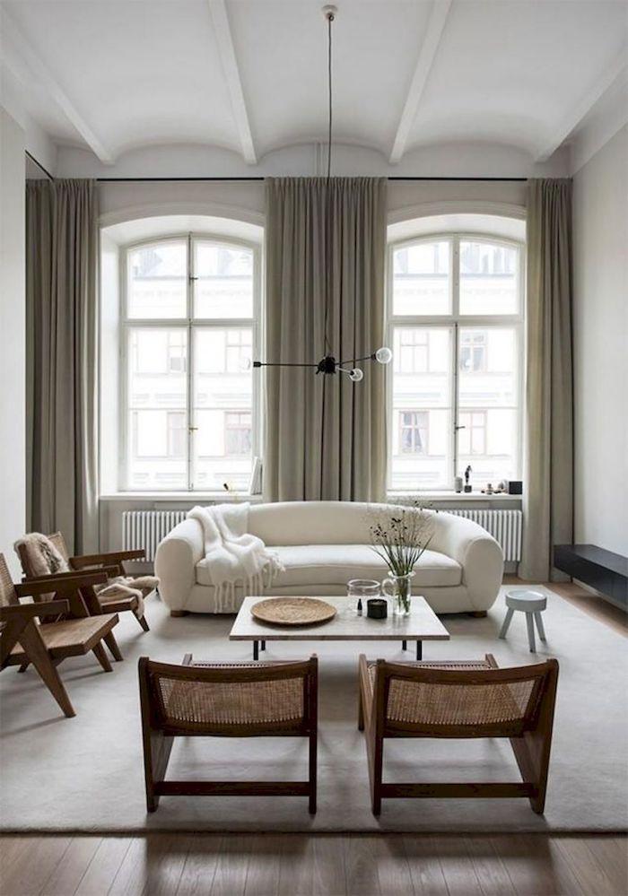 minimalistische skandinavische einrichtung elegantes weißes sofa vintage holzstühle große fenster scandi style wohnzimmer kaffeetisch aus holz mit kurzen beinen