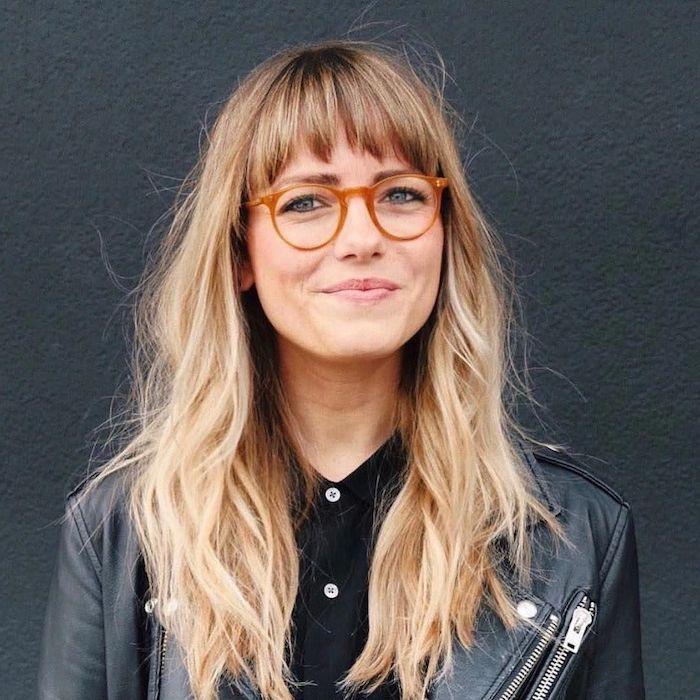 moderne brillengestelle trends 2020 damen pony frisuren blonde haare lang inspiration scjwarzes outfit lederjacke und bluse welche brille passt zu mir