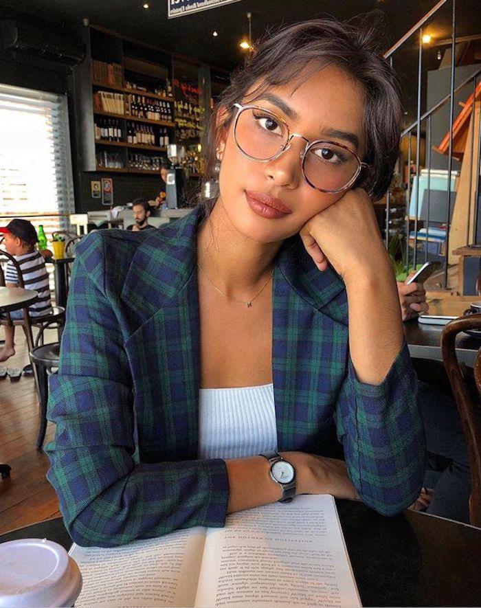 moderne brillengestelle trends 2020 damen stylisch angezogene frau im weißen top und grün blauer jacke kleine armbanduhr dezente halskette braune haare