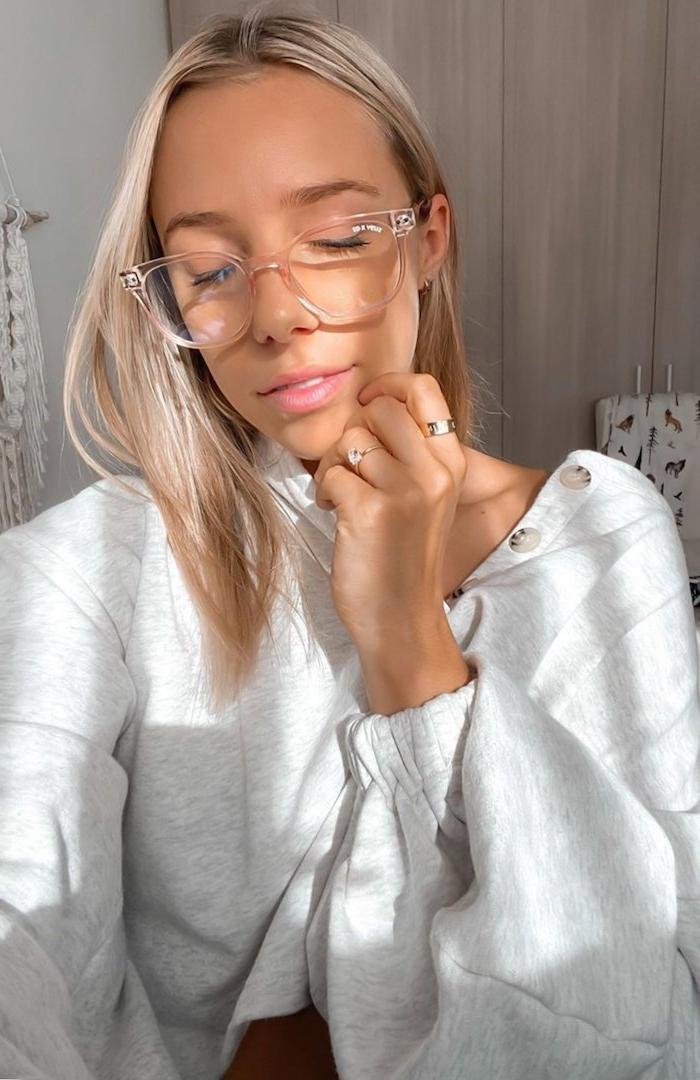 moderne durchsichtige brille frau mit hellblonden haare casual outfit grauer sweatshirt brillen trends 2020 ideen und inspiration