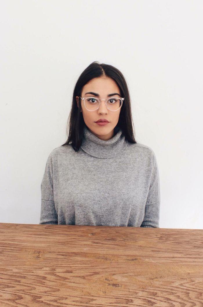 moderne durchsichtige brille kurzhaarfrisuren damen schwarz casual style graue rollkragenbluse dezentes make up brillen trends 2020 damen