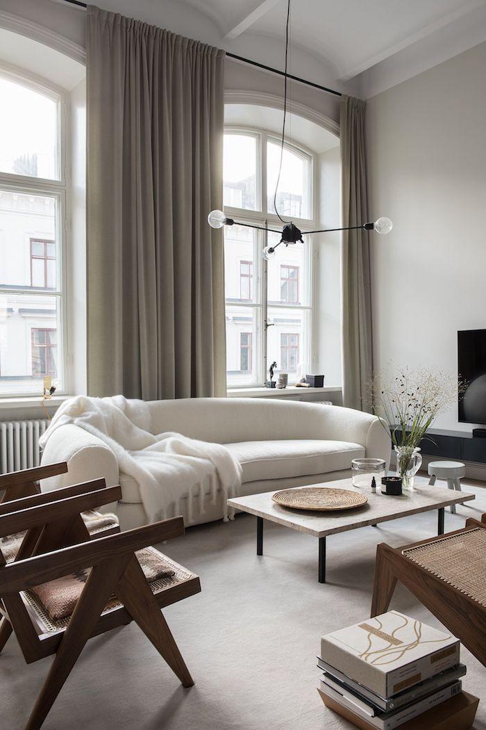 moderner und eleganter weißer couch vintage stühle aus holz große fenster graue gardinen scandi sofa interior design inspiration niedriger kaffeetisch
