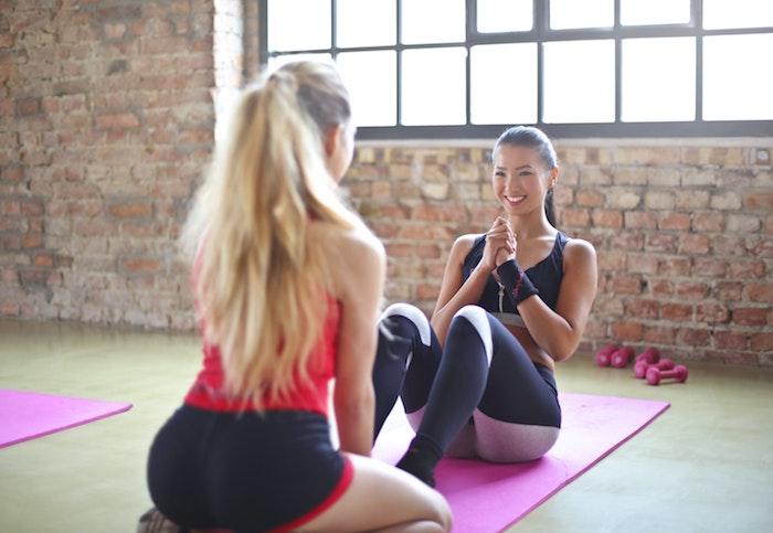 muskelaufbau training proteinreiche ernährung zum aufbauen von muskeln was muss man essen hilfreiche tipps frauen machen sport zusammen