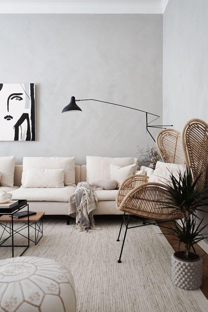 neutrale farben inneneinrichtung beige und grau großer korbstuhl schwarz weißes gemälde skandinavisches wohnzimmer
