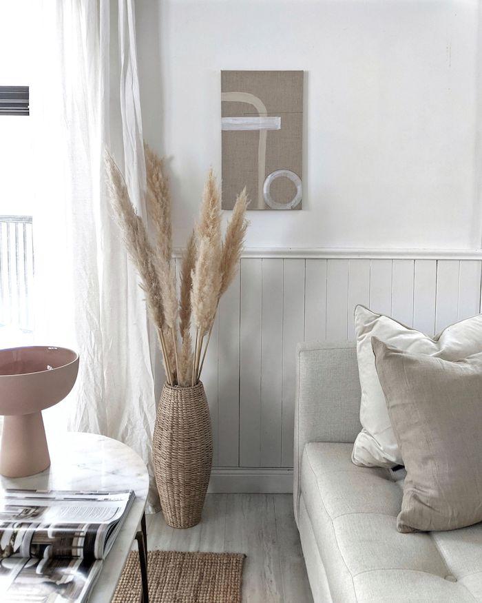 neutrale farben interior design korbvase mit wohnzimmer modern einrichten im scandi style schwedische möbel inspiration marmortisch mit schwarzen beinen