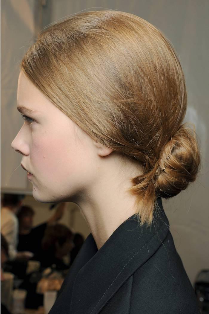 niedriger lockerer dutt dunkel blonde bis braune haare niedriger haarknoten fashion week frisuren model schwarze jacke dutt frisuren lange haare