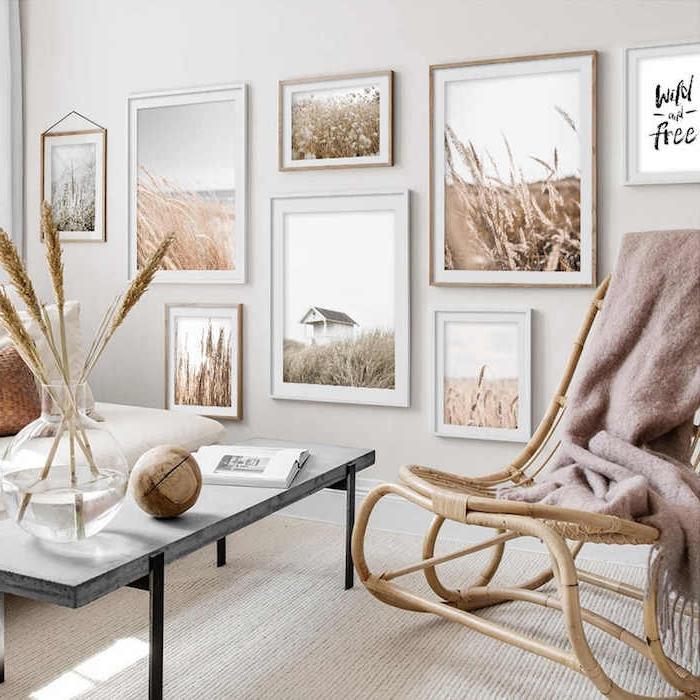 nordischer stil drucke bilder wand deko skandinavisch idee schaukelstuhl schwarzer kaffeetisch dekoration mit holzakzenten