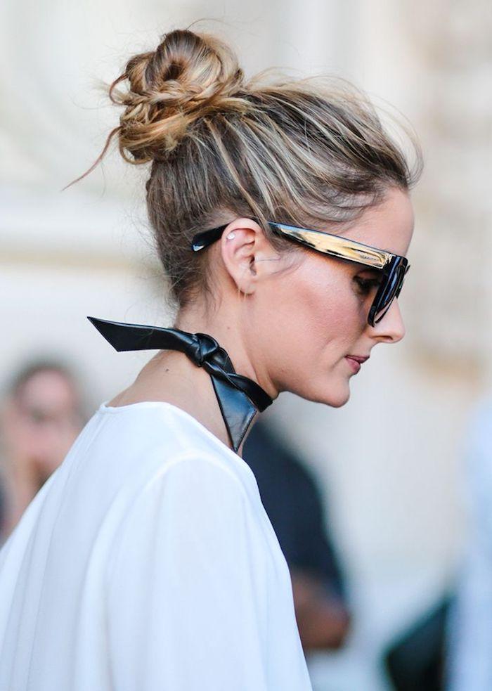 olivia palermo street style weiße bluse schwarzer leder choker große sonnenbrillen messy bun blonde haare mit strähnen dutt machen mit zöpfen