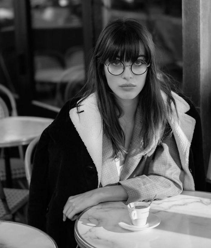 parisian style inspiration frisuren mit pony 2020 brillen damen runde brillengestelle schwarz weißes foto