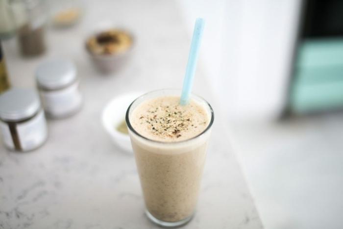 protein shake abnehmen getränk mit eiweißpulver milch und zimt proteinshake rezepte gewicht verlieren