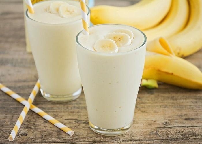protein zum abnehmen proteinshake mit bananen bananenshake getränk mit milch und proteinpulver