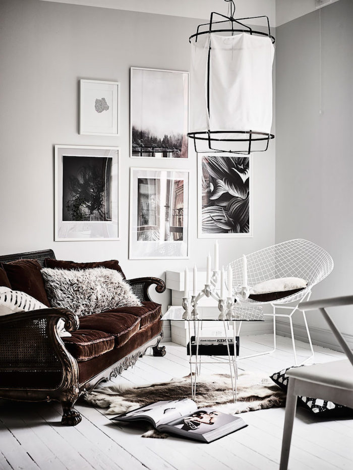 retro scandi sofa in dunkelbraun wießer stuhl holzboden moderne lampe interior design trends 2020 inspiration schwarz weiße bilder