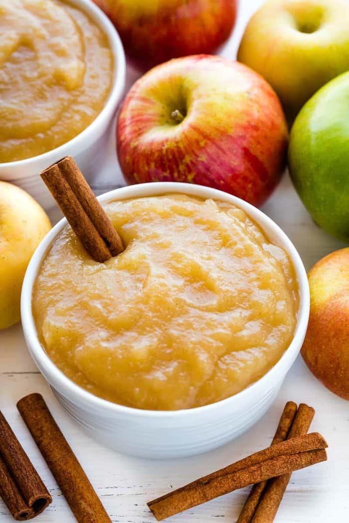 rezept für apfelmus mit einem stück zimt apfelmus selber machen gelbes apfelmus rote und grüne äpfel und braune stücke zimt