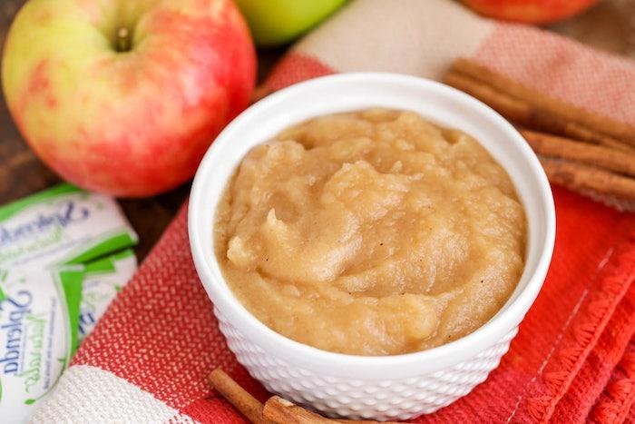rezept für apfelmus mit einem stück zimt ein roter tuch und rote äpfel rezept für apfelmus mit zimt