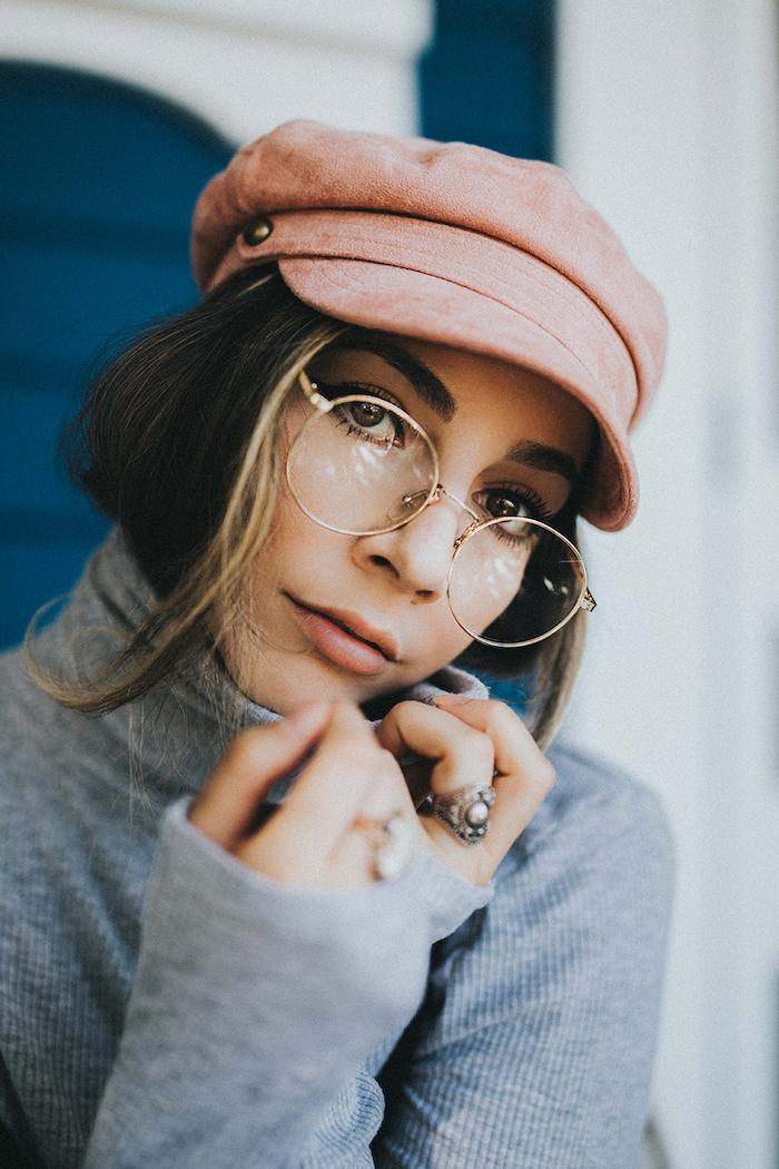 runde brille dame angesagte trends 2020 casual outfit graue rollkragenbluse pinker hut frau mit dunkelbraunen haaren dezentes make up