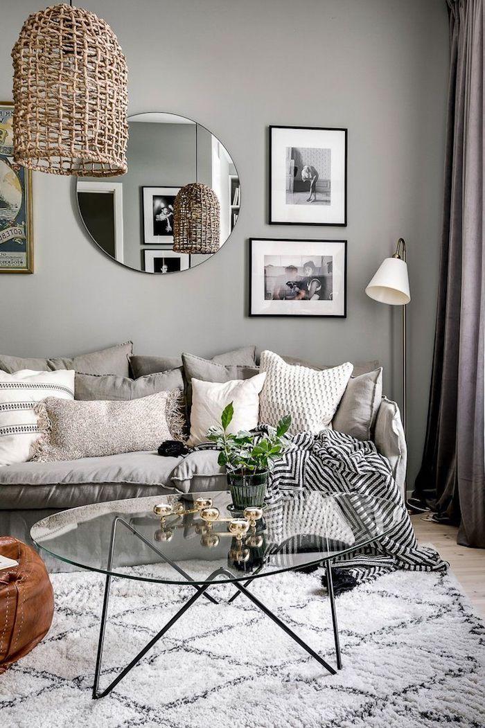 runder spiegel skandinavisches wohnzimmer gemütlich einrichten kaffeetisch aus glas mit schwarzen beinen skandi teppich fotos an der wand