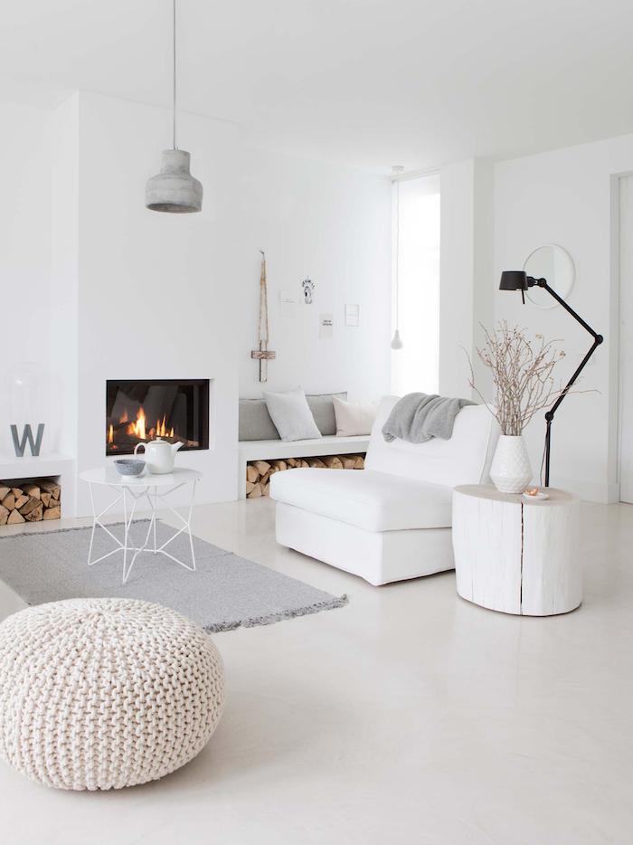 scandi style wohnzimmer mit kamin inneneinrichtung in weiß grauer teppich und lampe schwarze lampe minimalistisches interior