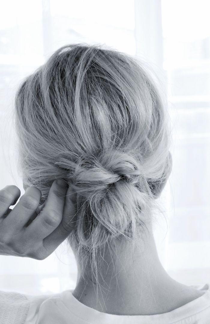 schwarz weißes foto blonde hochgestekte haare messy low bun lockerer dutt frisuren selber machen für mittellange haare ideen