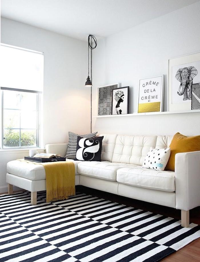 schwarz weißes wohnzimmer mit gelben akzenten modernes ecksofa karierter teppich minimalistische scandi deko moderne bilder