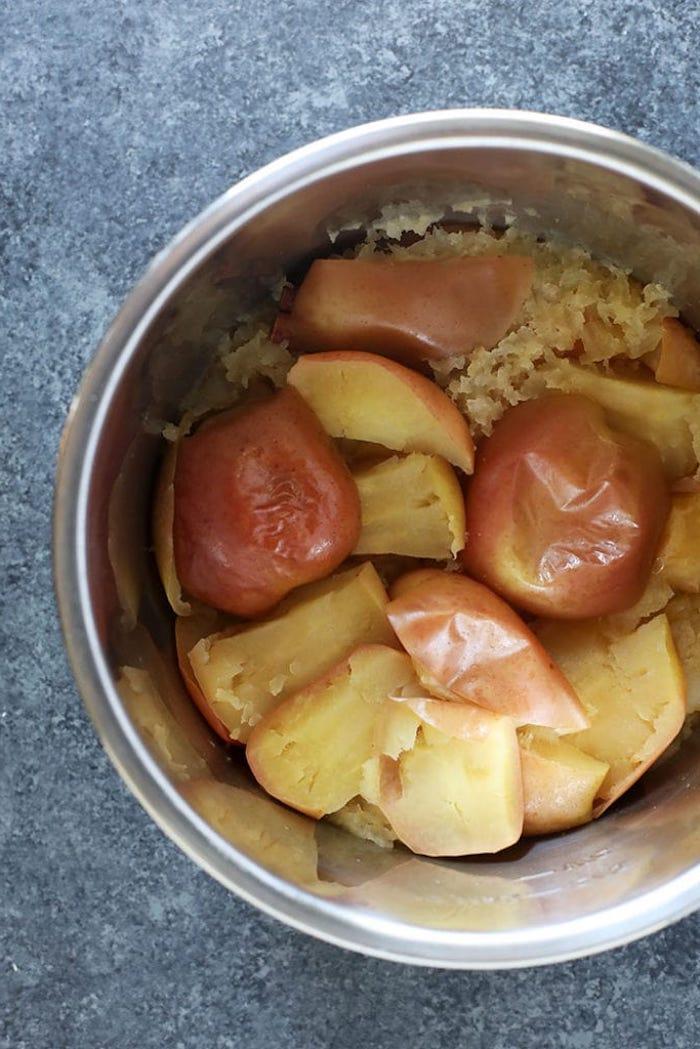 selbstgemachtes apfelmus ein topf mit geschnittenen äpfeln apfel schneiden diy anleitung.rezept mit kuchen