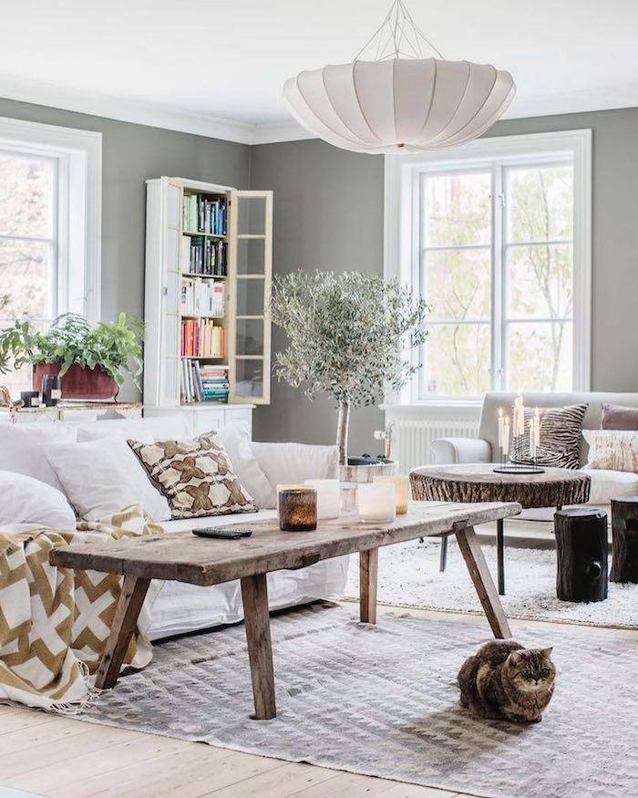 skandinavische wohnungen inspiration großer holztisch weißer couch kleiner deko baum wohnzimmer skandinavisch einrichten weiße lampe
