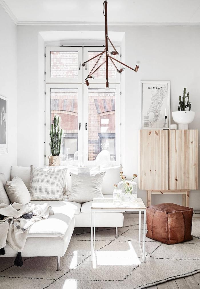 skandinavischer wohnstil wohnzimmer im scandi style schrank aus holz dekoration kakteen beiger teppich interior design inspo