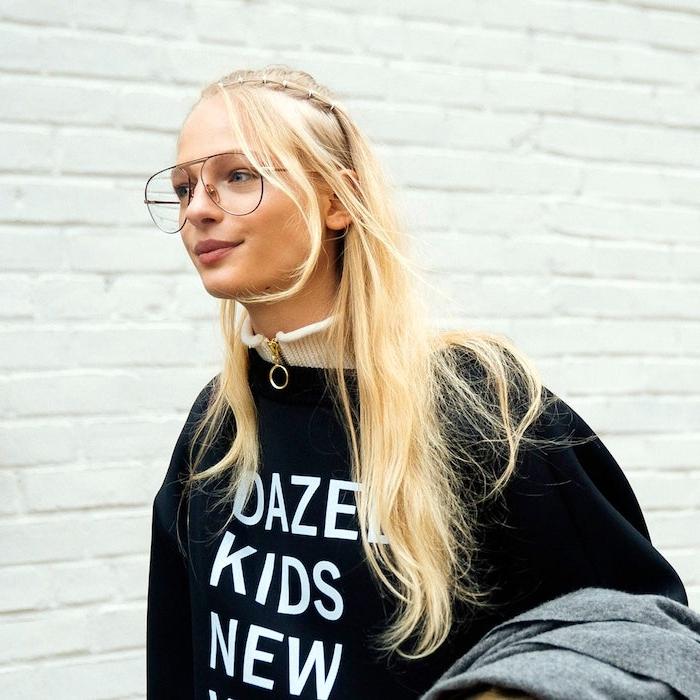 street style ideen schwarzes sweatshirt mit print blonde frau mit langen haaren geeky in style brillen trends 2020 inspiration