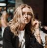 street style inspiration lässiges outfit weißes t shirt schwarze jacke mittellange blonde haare goldene armbänder damen brillen trends 2020