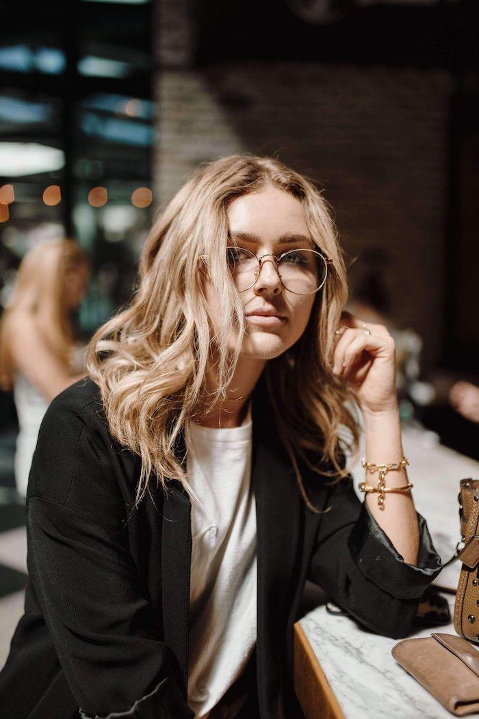 street style inspiration lässiges outfit weißes t shirt schwarze jacke mittellange blonde haare goldene armbänder damen brillen trends 2020 für damen