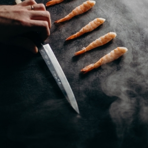 sushi bereiten japanische küchenmesser hand hält ein messer garnelen zubereiten japanische küche