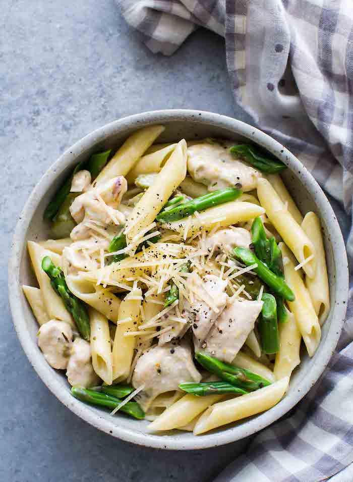 tuch und ein teller mit pasta mit käse und langen grünen spargeln spargel rezepte ideen