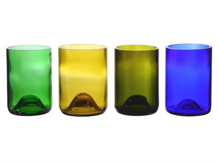 vier blaue gelbe und grüne gläser aus geschnittene weinflaschen nachhaltige geschenke für männer resized