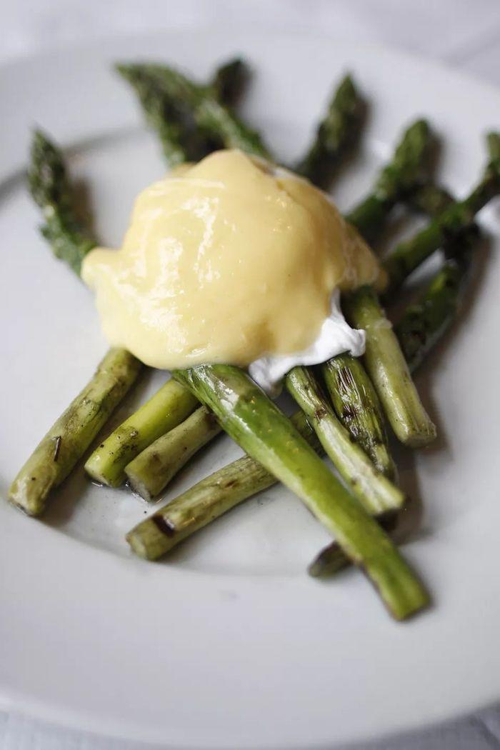 weißer teller mit grünen spargelstangen und gelber sauce hollandaise spargel rezepte spargel kochen