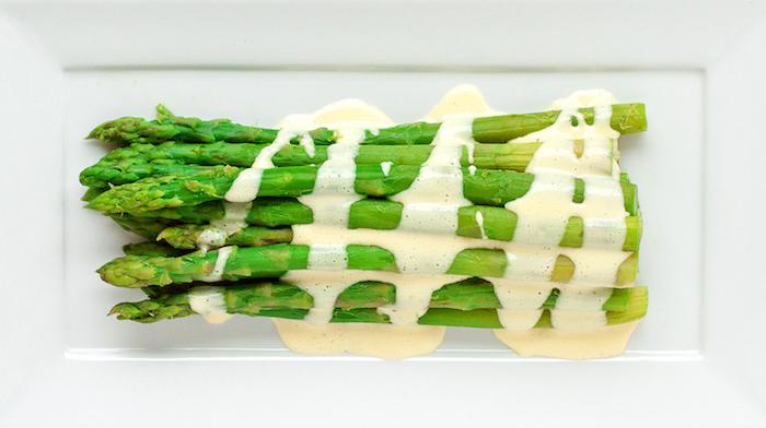 weißer teller mit langen grünen spargelstangen und mit sauce hollandaise spargel rezepte