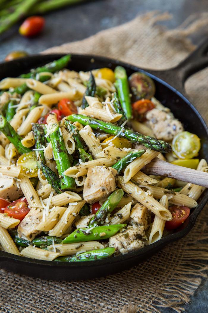 wie kann man spargel kochen eine schwarze pfanne mit pasta mit käse spargel roten und grünen tomaten