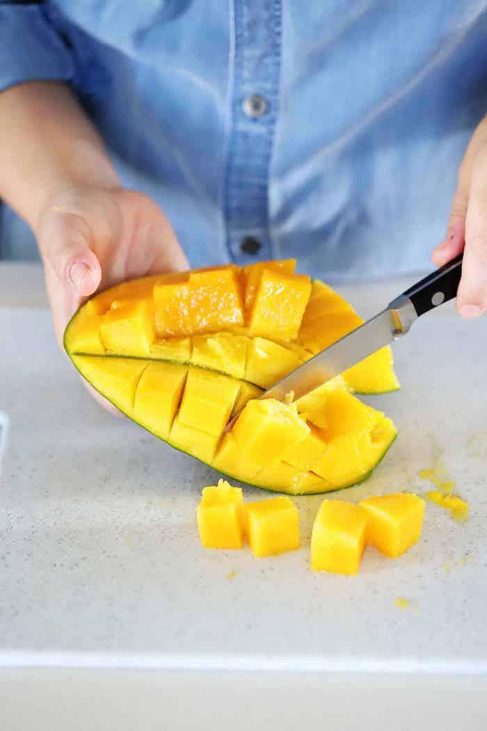 wie schneide ich eine mango in scheien eine frau messer und mango