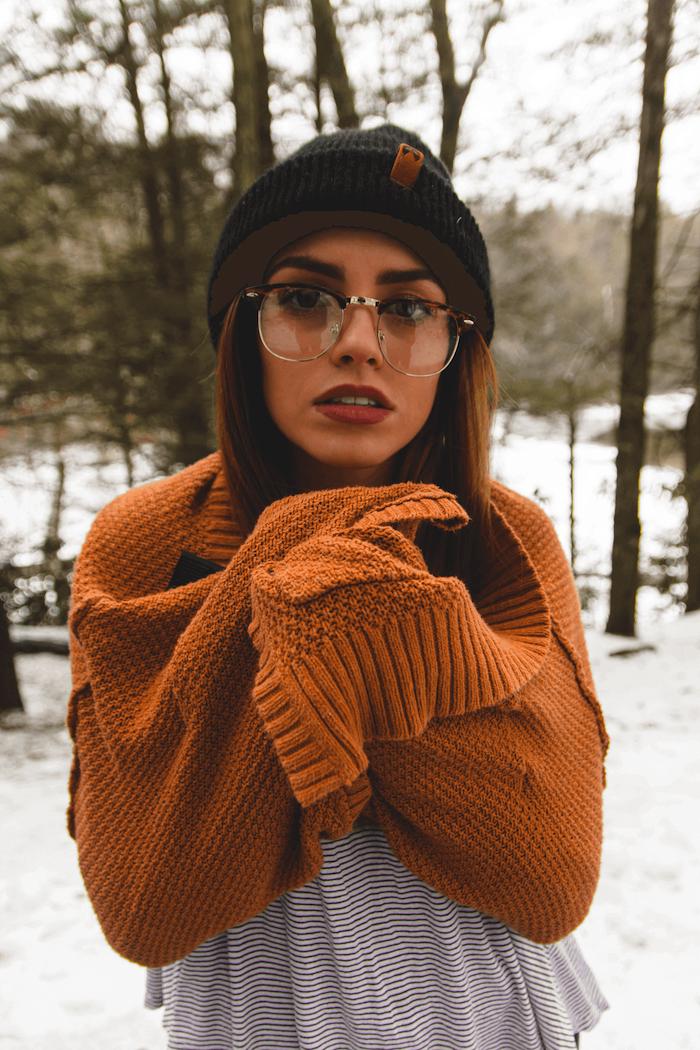 winter outfits schwarz weißes t shirt gelber pullover schwarze mütze modische brillen trends 2020 damen casual style welche brille passt zu mir minimalistisches make up